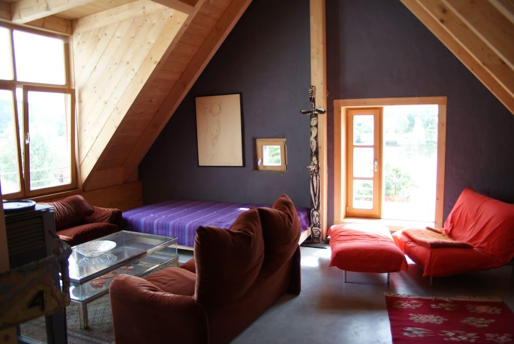 Wohnzimmer mit Liegefläche und Traumblick auf Naab und Garten mit Burgfels