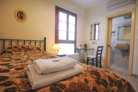 Hapina Shel Michal-Single room - Mazkeret Batya - Bed & Breakfast