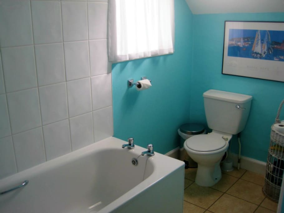 Main bathroom shared between rooms 2, 3 and 4