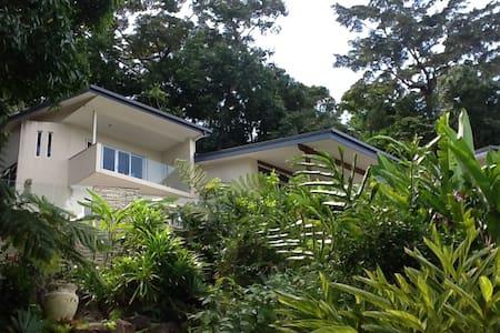 Relaxing Modern Tropical Retreat - Edge Hill