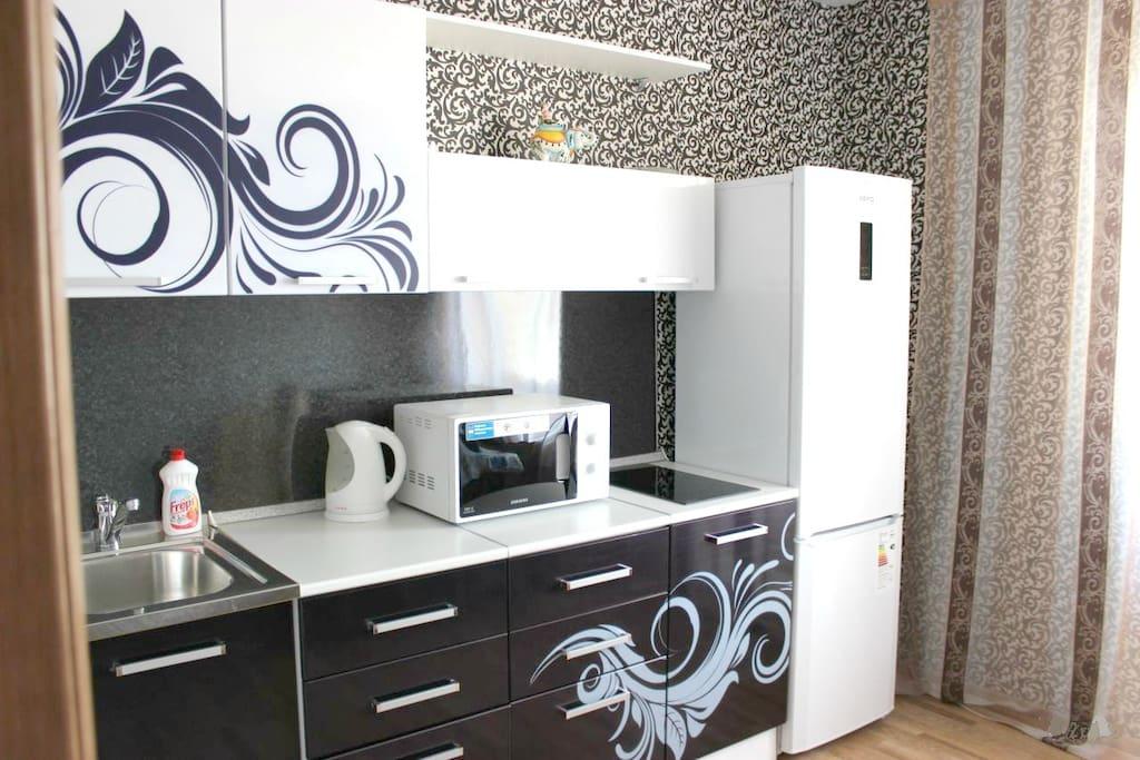 Кухня оборудована духовкой, плитой, вместительным холодильником, СВЧ печь, эл.чайник, посуда
