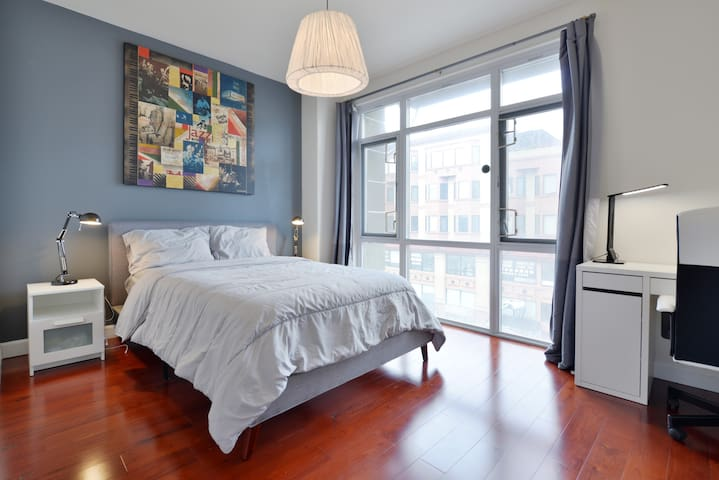 Charming Modern Private Bedroom & Bath in Downtown