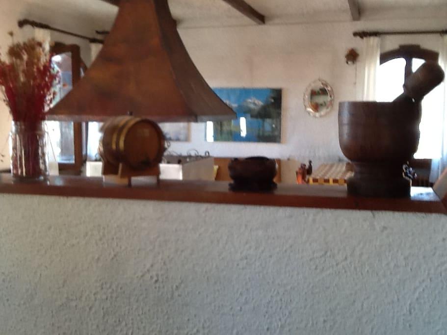 Vista del soggiorno dalla sala da pranzo