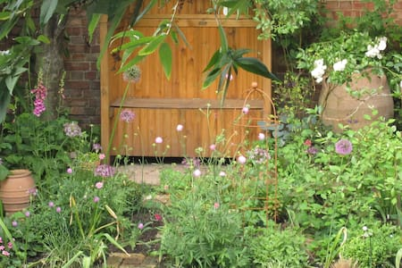 Quirky garden flat - Harrow