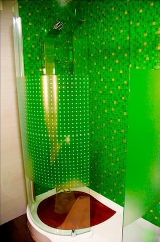 SHOWER BATHROOM Quarto de banho ( duche )