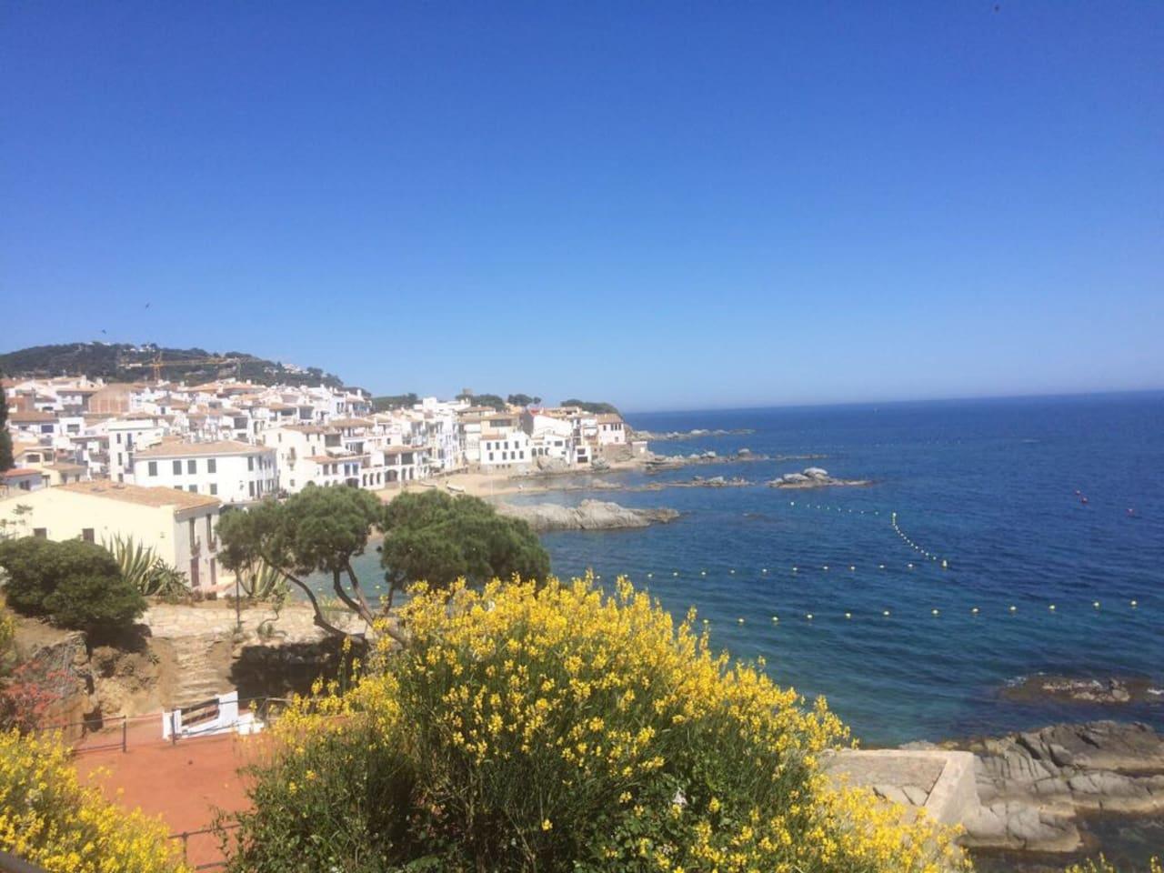 Belle vue sur le village typique de calella de Palafrugell