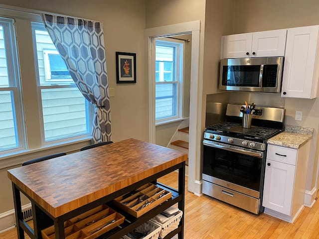 Relax & Escape the City 4BR - 2 Blocks from Lake