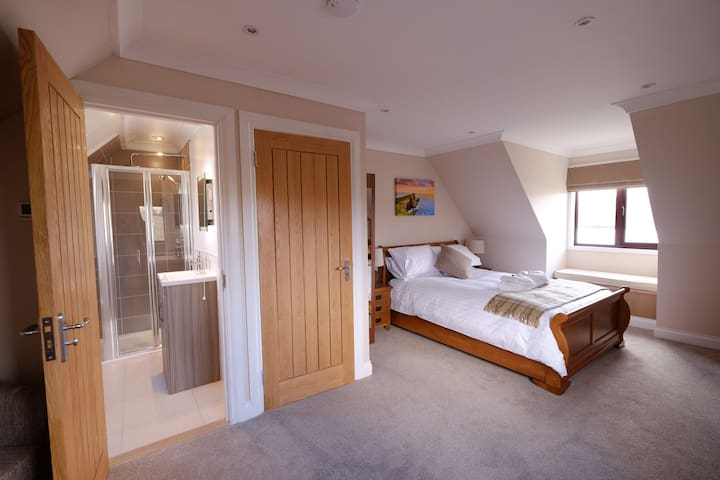 Suite with Kingsize bed & ensuite