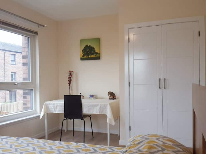 Bright Sunny Double Bedroom Home away from Home :)