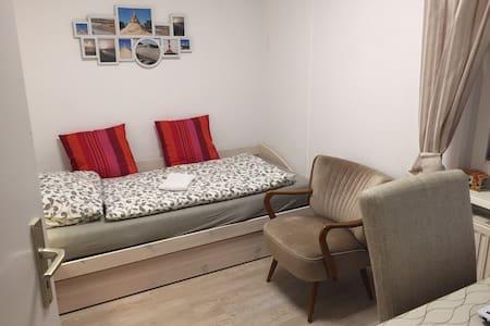 Gästezimmer in kleinem Häuschen in Böhl - Санкт-Петер-Ординг - Дом