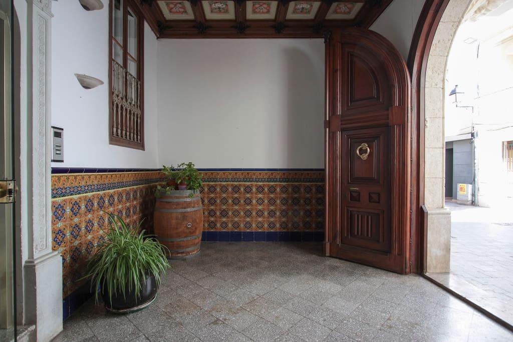 """entrada principal del edificio """"Ca l'Escarrà"""", donde se puede apreciar el techo pintado y trabajado en relieve"""