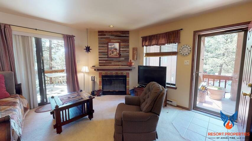 Clean and comfortable; Walking distance to rental shops and slopes! Chalet 39