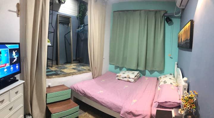 百元爱心价格。三层老洋房里面的带独立卫生间单间, 绝佳的地段。 超低的价格。