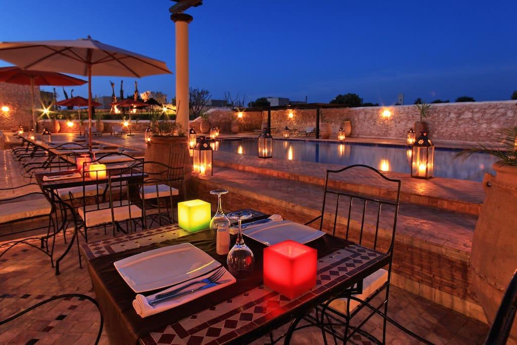 Le restaurant et la piscine