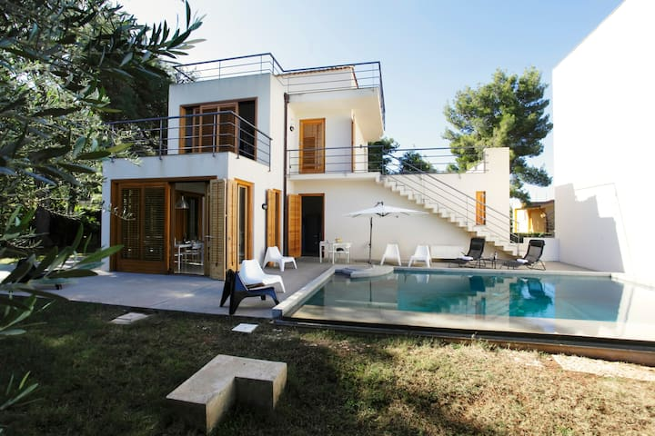 Whole modern villa with pool and near the sea