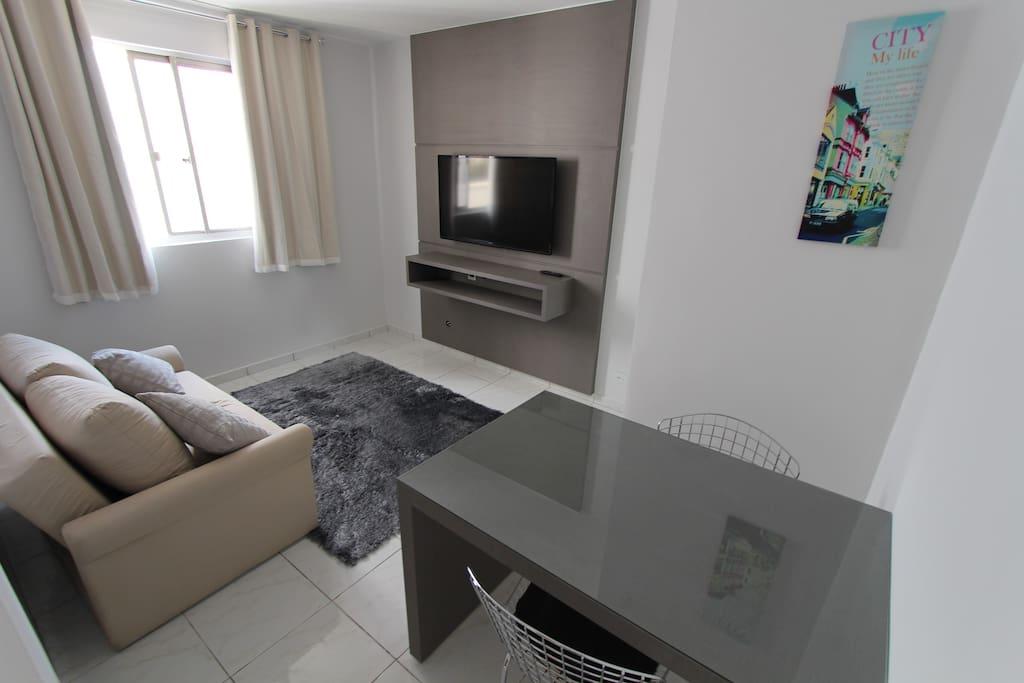 """Sala de estar com sofá-cama, Tv 46"""", Mesa Casal"""