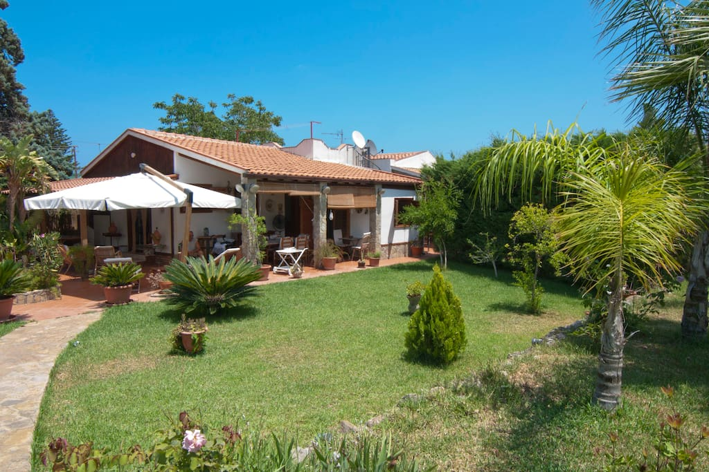 Sun and sea until november houses for rent in trabia for Rent a home in italy