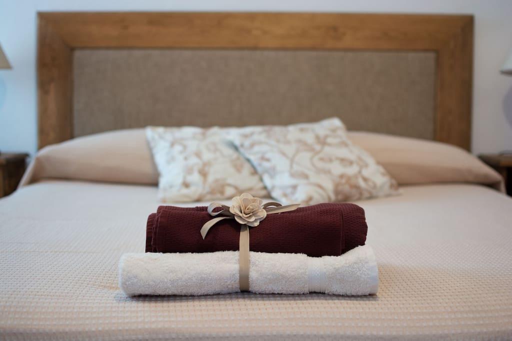 Una grande camera quadrupla con bagno interno alla stanza, letto matrimoniale o due letti singoli e letto a castello.