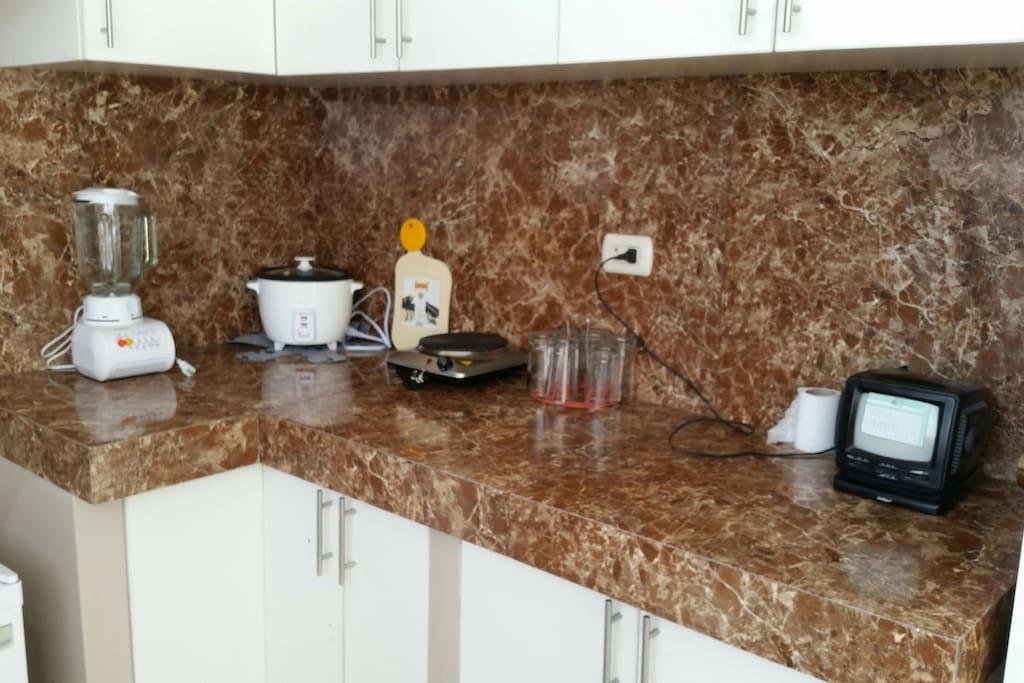 Área de la cocina con reposterías.