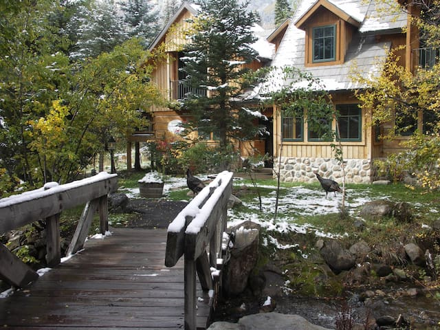 FAIRY TALE COTTAGE SUITE ON SUNDANCE CREEK