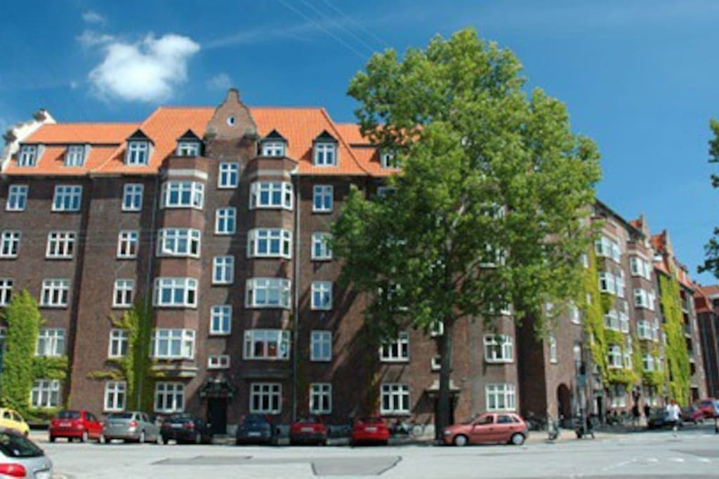 The flat is located in this house, typical in style of the old recidencial area of Islands Brygge.