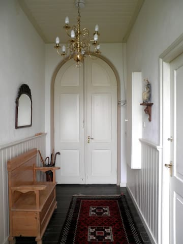 The entrance hallway: on the left the groundfloor guestroom, on the right the bathroom