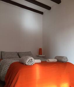 For rent beautiful, spacious and bright room in the center of Barcelona, is located in a perfect area, 5 minutes walk from the Gran Via, 10 streams and 7 Boqueria and Plaza Catalunya and a clean and safe area. A cat lives with me