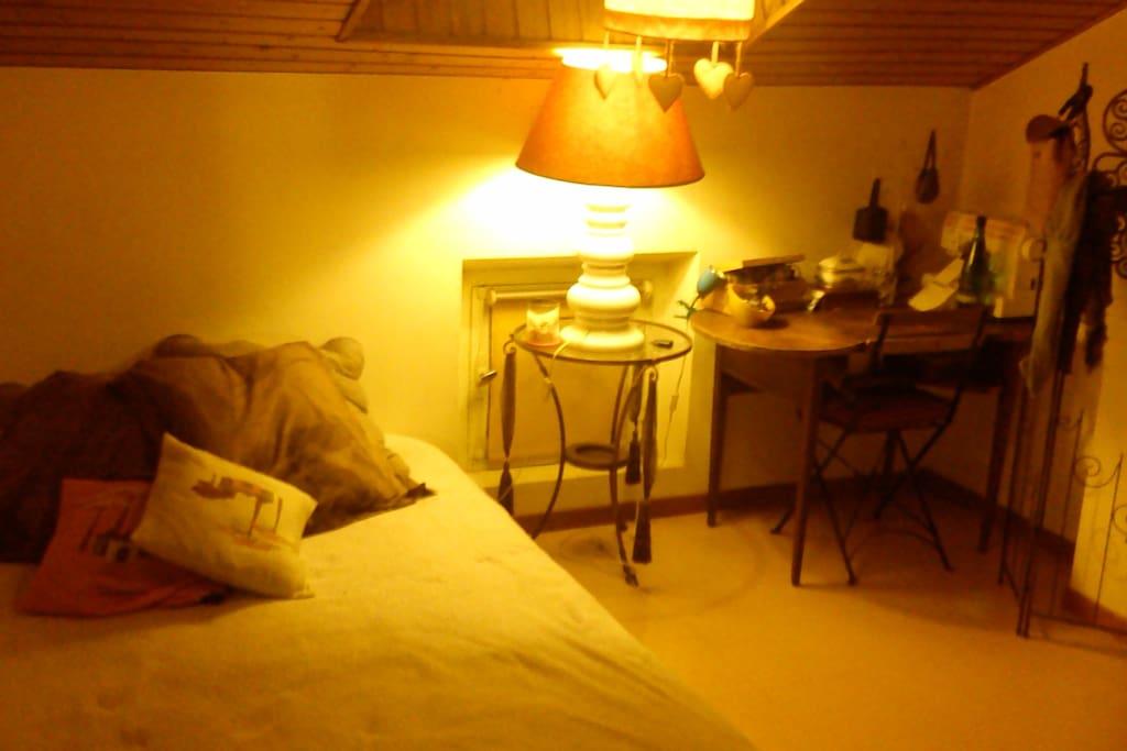 Grande chambre avec lit 2 places et placards