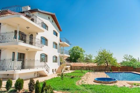 Perfect Escape: Luxury Villa + Pool, Garden & BBQs
