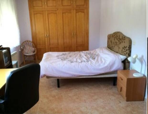 Alquilo cómoda e iluminada habitación