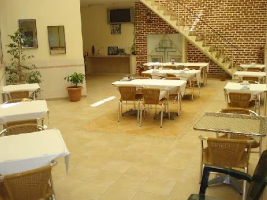 Salão para Refeições, microondas e geladeira disponível para uso dos hóspedes. Salão onde é servido Pequeno Almoço.