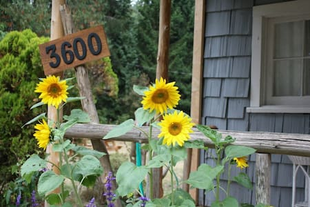 CHARMING  COZY COTTAGE  - Roberts Creek - Dom