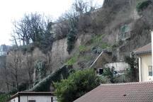 de la chambre et de la cuisine, vue sur les pentes de la colline de St Just