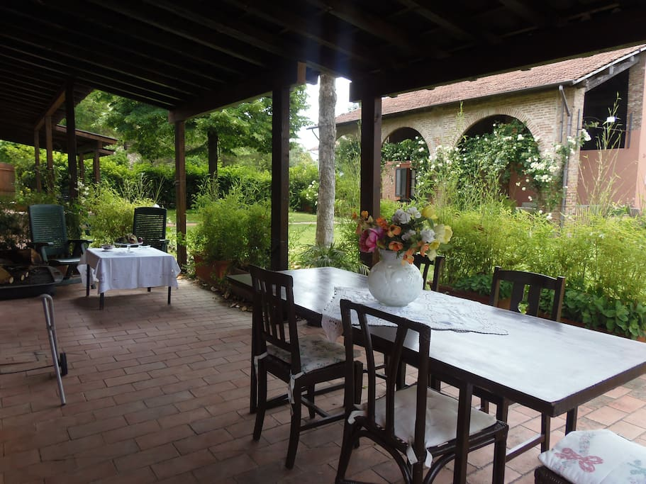 Il vostro portico privato ed il comodo tavolo da pranzo - Your private porch and the comfortable dining table