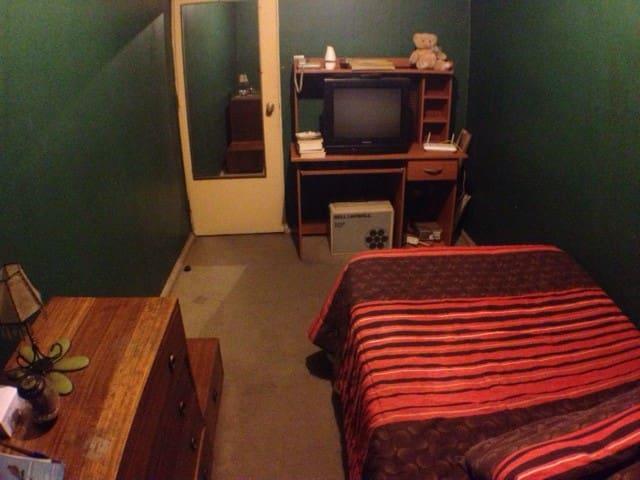 Habitación Single, TV, cable, Internet, mueble para guardar ropa, espejo.