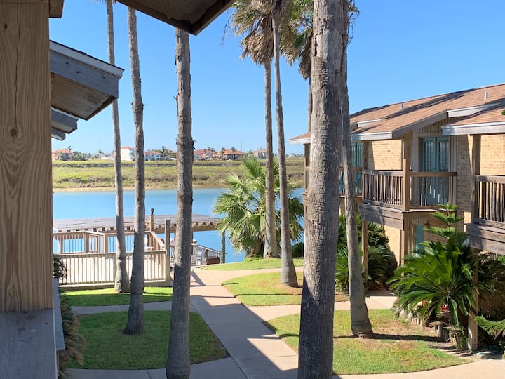 Clean condo, walk to beach, fishing dock/lights