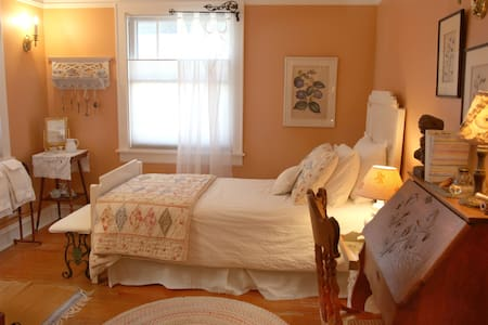 Inviting Home Near Lake & NU (Female Guests Only)