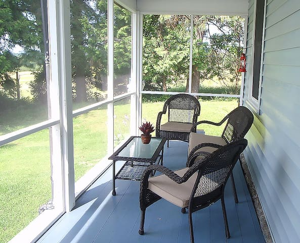 Screen room, part of porch where you can sit in evening free of bugs.