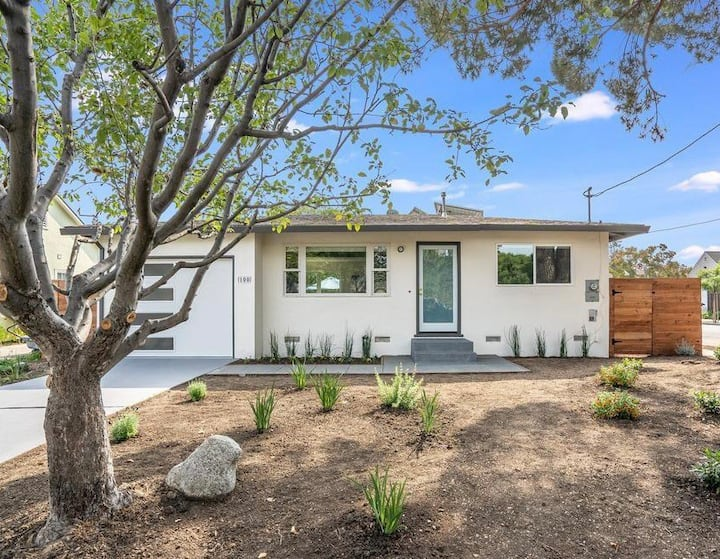 NEW! Modern house with private spa near Stanford
