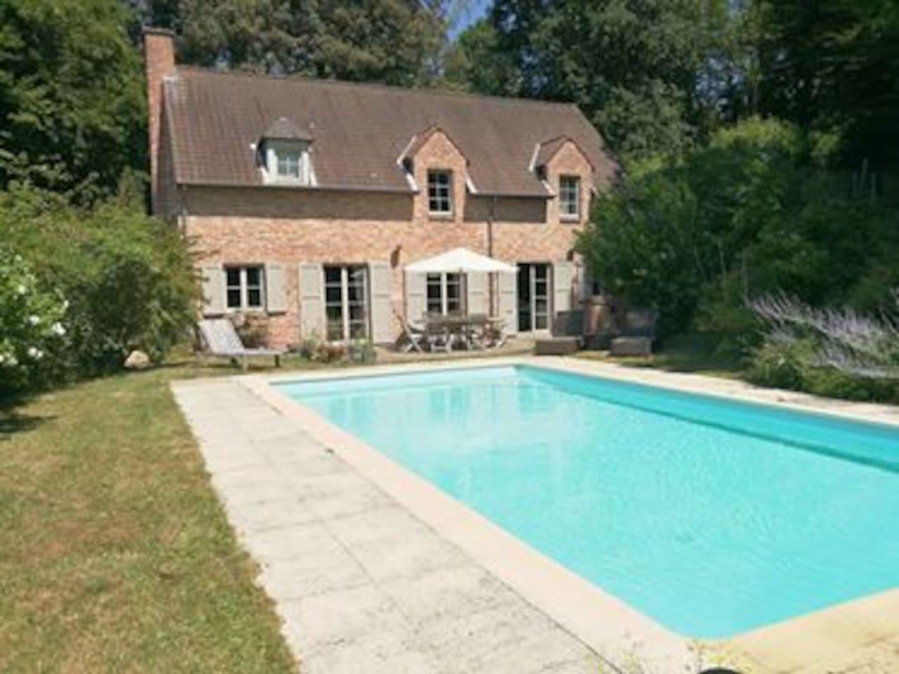 Détendez-vous après une journée de visites. Relax by the pool after a day visiting.