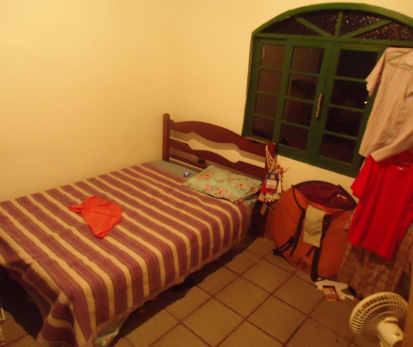 Eis a cama (sim, vou tirar foto do quarto todo e do banheiro logo logo &;;; ) Essa foto é 1 que peguei faz tempo, que tirei correndo p/ mostrar p/ minha amiga carioca que veio passar uns dias. O quarto será oferecido + organizado rs...