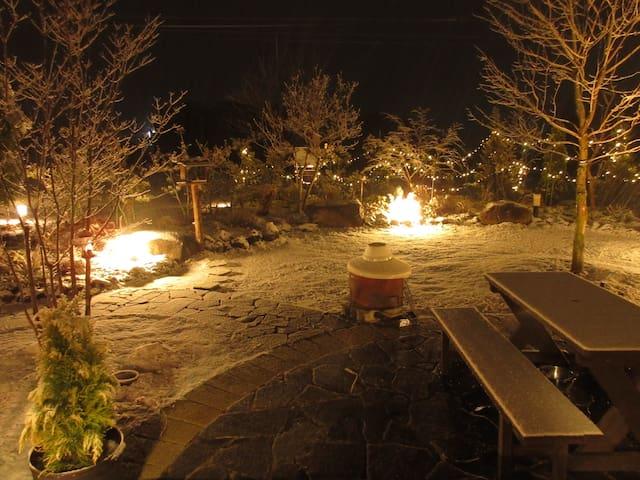 雪の積もった庭のライトアップがきれいです。