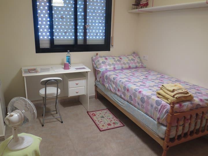 2 habitaciones con baño, cocina y lavadora.