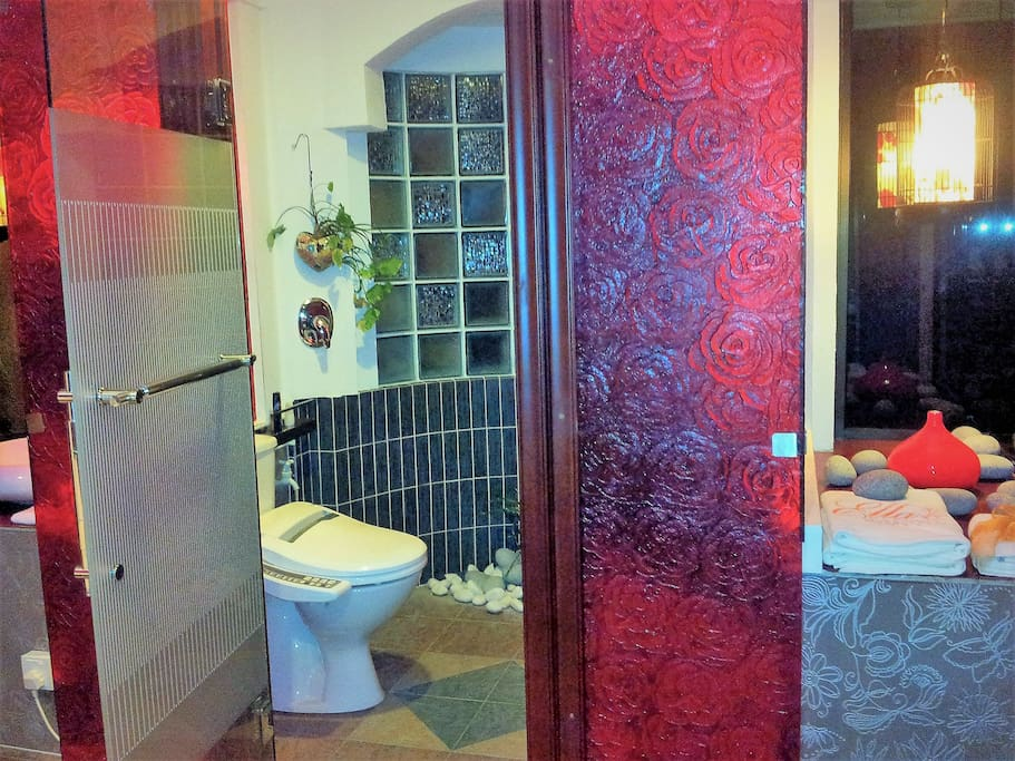 Classic En-suite Overhead Rain-shower Room