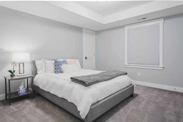 Bedroom with queen bed, down duvet and down pillows.
