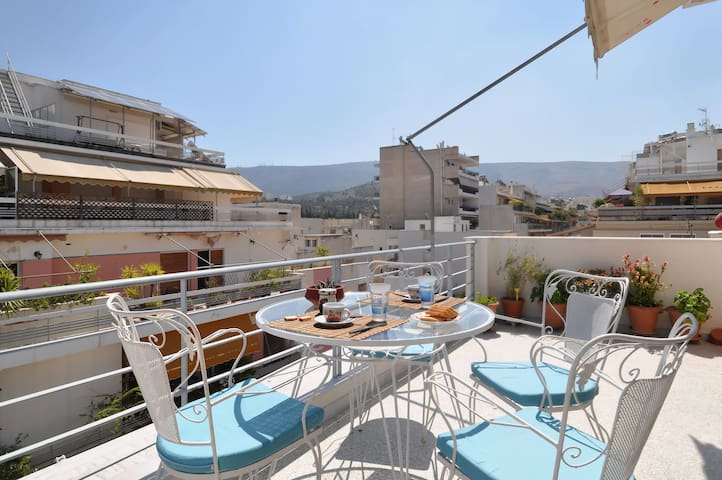 Sunny Top Floor Flat | Perfect View - Kesariani - Apartamento