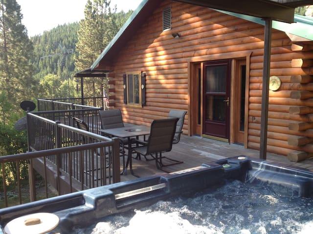 Hummingbird Hill Resort, Spacious Mountain Cabin