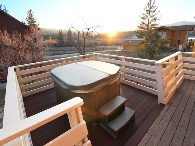 Hgtv featured lakeside cabin w hot tub cabins for rent for Big bear cabins with jacuzzi tubs