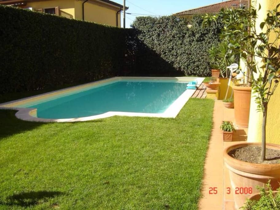 Bellissima matrimoniale con piscina villas louer for Piano di piscina