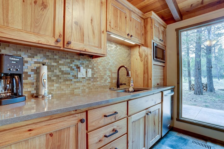 7 Approach - Gorgeous Lodge Style Remodel, Close to SHARC, Hot Tub, Bikes